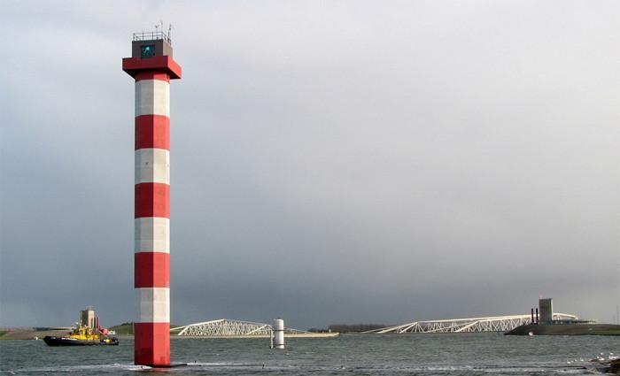 Het hoge licht van de groene lichtenlijn, met op de achtergrond de Maeslantkering in gesloten toestand, op 9 november 2007. Dit was de eerste keer sinds de oplevering van deze waterkering in 1997 dat hij onder stormcondities gesloten moest worden.
