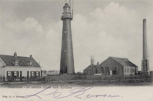 Het hoge licht van Hoek van Holland in 1905, met daarnaast de elektriciteitscentrale van de spoorwegen, die later ook de vuurtoren van stroom voorzag.