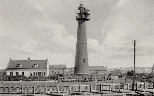 Het hoge licht in 1935. De uitbouw bij de lantaarn en het bovenste segment van de toren is in 1912 aangebracht, met het oog op het plaatsen van de installatie voor een bliksemlicht.