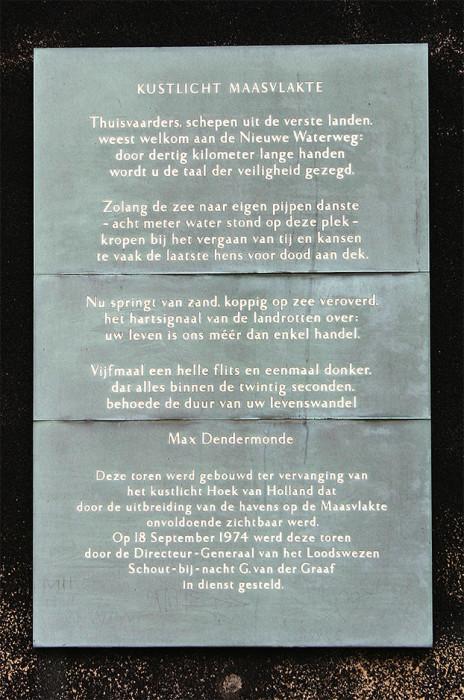 De plaquette met een gedicht van Max Dendermonde, die op de buitenkant van de vuurtoren op de Maasvlakte is bevestigd.