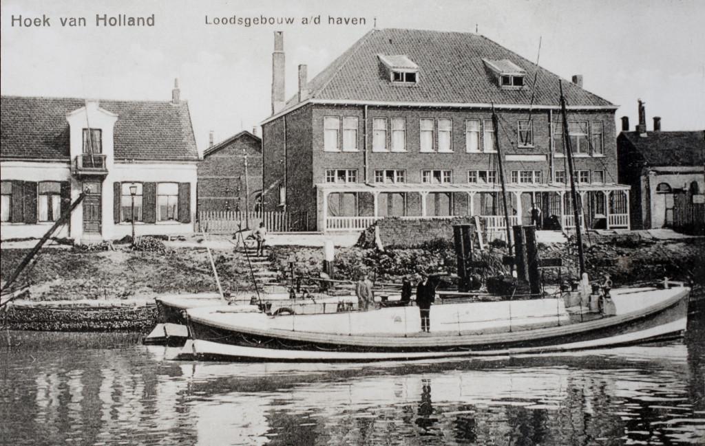 De Berghaven in de jaren '20. Links de commissariswoning en daarnaast het loodsgebouw. In het water de stoomloodsboten President van Heel en de Prins der Nederlanden.