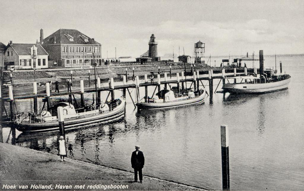 De Berghaven omstreeks 1925. Van links naar rechts: de commissariswoning, het loodsgebouw, opslagplaats met Blaugastanks, het lage licht, de uitkijkpost van Dirkzwagers Scheepsagentuur en de uitkijktoren van het loodswezen.