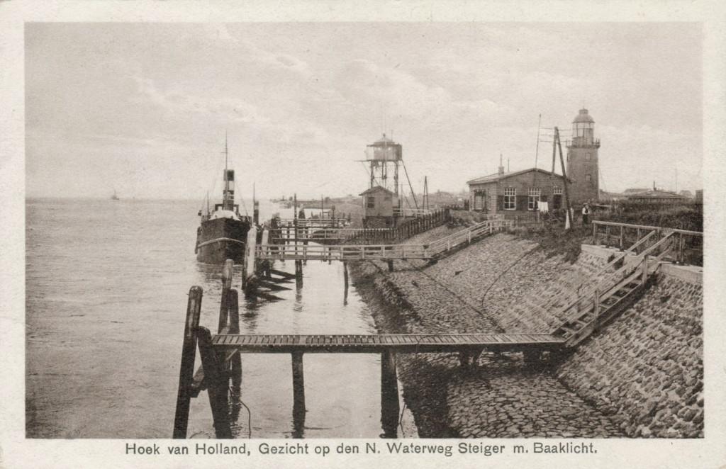 De Berghaven in de jaren '30. Achter de steiger van de Harwichlijn staat de uitkijktoren van het loodswezen, met daarvoor het uitkijklokaal van Dirkzwagers Scheepsagentuur.