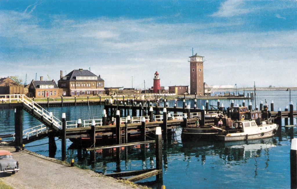 De Berghaven in de jaren '60. Van links naar rechts: een deel van de Blaugasfabriek, de verbouwde commissariswoning, het loodsgebouw, de opslagplaats voor Blaugastanks, het lage licht, de stenen uitkijktoren van het Loodswezen, met daarvoor de uitkijkpost van Dirkzwagers Scheepsagentuur.