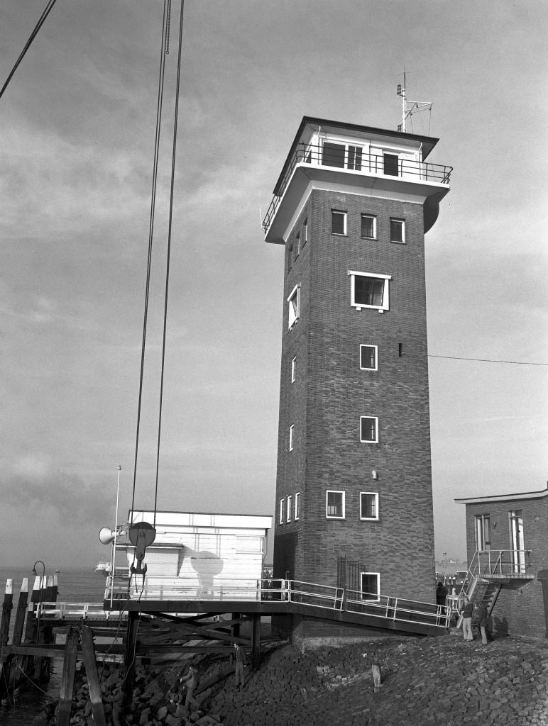 De Berghaven op 9 maart 1973. De uitkijkpost van Dirkzwager wordt verwijderd. De wachtsman van Dirkzwager heeft daarna onderdak gekregen in de semafoor.