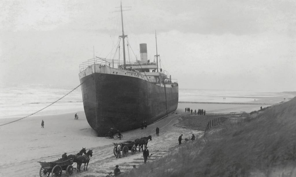 Het Noorse stoomschip 'Christian Michelsen', gestrand benoorden de Nieuwe Waterweg op 25 november 1928. Het schip is later ter plekke gesloopt.