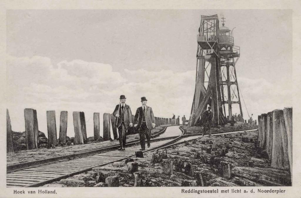 Het Noorderhoofd omstreeks 1910. Naar aanleiding van de ramp met de Berlin in 1907 is op de houten stoel van het voormalige havenlicht een reddingtoestel geplaatst.