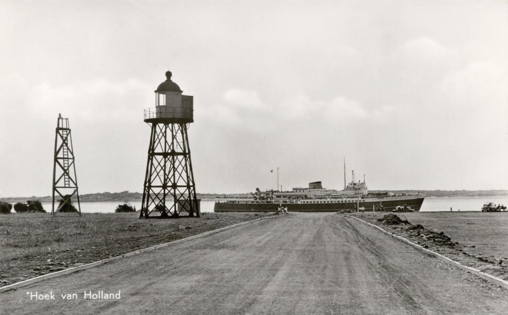 Het hoge licht van de uitgaande lijn in 1958. Het hoge licht is net verplaatst. De houten lichtopstand die tijdens de verplaatsing als hulplicht heeft gediend, staat er ook nog.