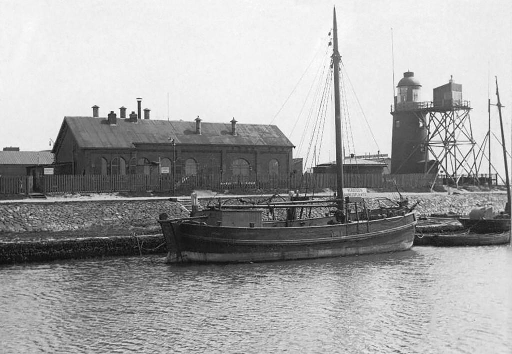 De vetgasfabriek en het lage licht in 1912. In de periode 1908 tot 1912 heeft er een tijdelijke houten lichtopstand gestaan voor het lage licht. Hiermee werden proeven gedaan voor verbetering van het licht.