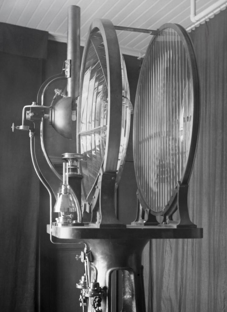 De optiek van het lage licht uit 1913. Een bundellens met daarvoor een spreidingslens, met als lichtbron een vetgasgloeilicht.