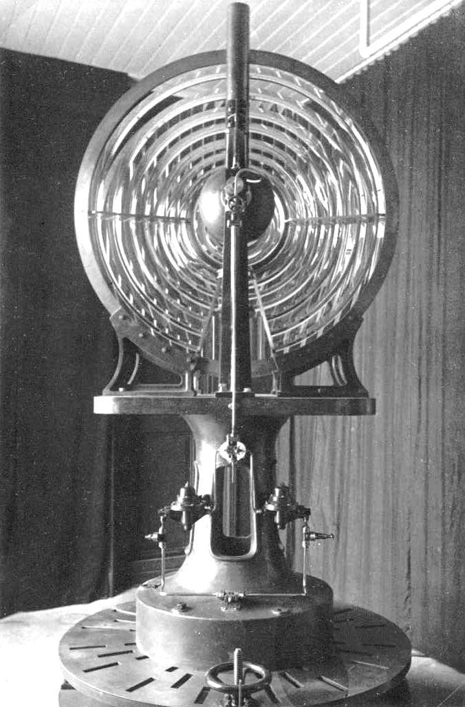 De optiek van het lage licht uit 1913, met zicht op de bundellens.