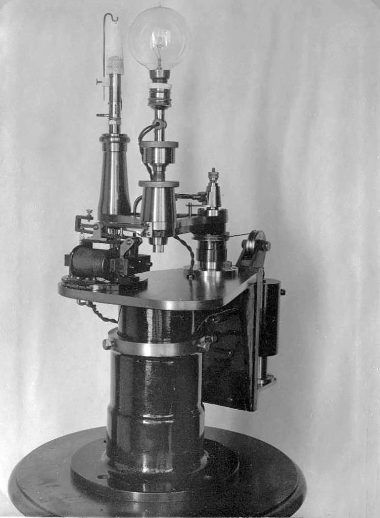 De lampverwisselaar van het lage licht uit 1917, met een gloeilamp van 250 watt en een vetgasgloelicht als reserve.