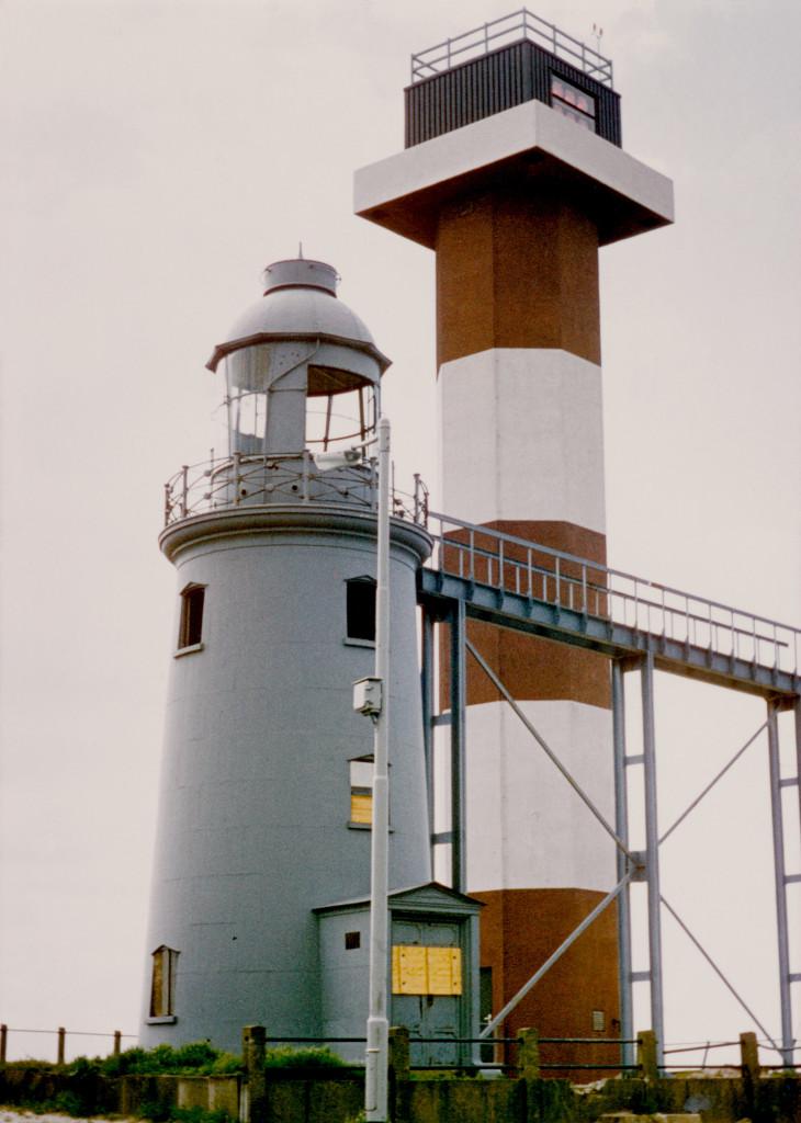 Het lage licht in verval in 1976. Toen het licht in 1969 werd gedoofd is de toren grijs geverfd.