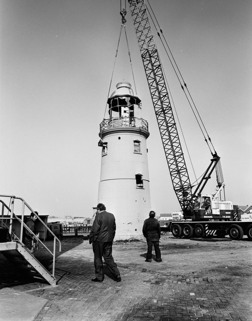 Op 9 maart 1977 wordt het lage licht in twee delen afgevoerd.