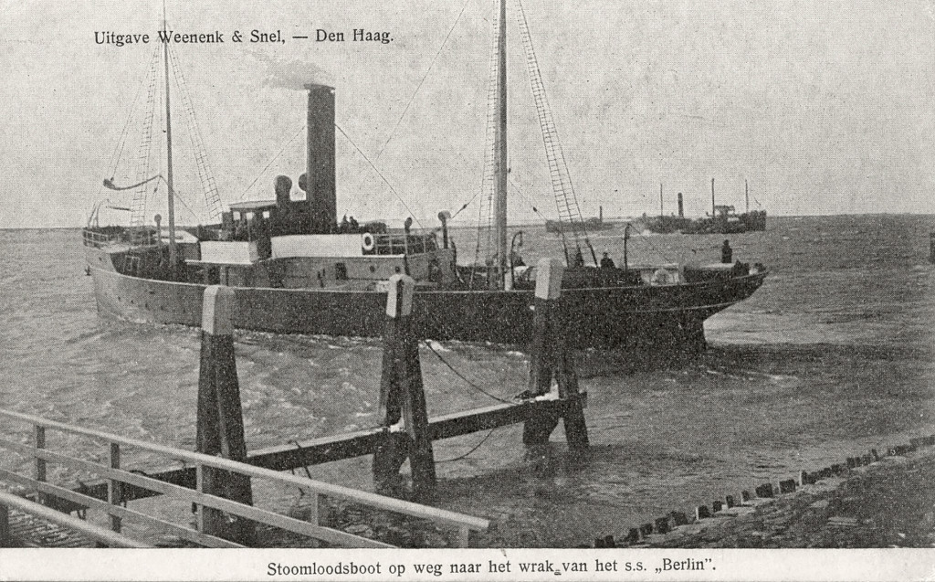 Een stoomloodsboot vertrekt in de middag van 22 februari 1907 uit de Berghaven, richting het wrak van de Berlin.