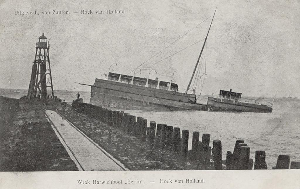 Het wrak van de Berlin bij de Noorderpier, februari 1907.