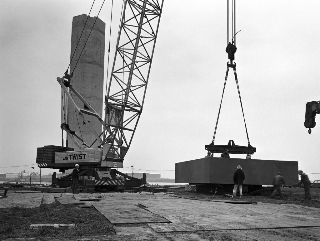Het lage licht van de lichtenlijn Europoort in aanbouw op 16 december 1970.