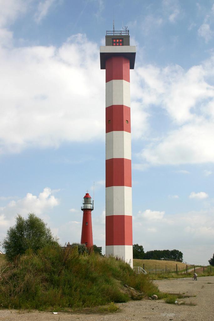Het hoge licht van de lichtenlijn Nieuwe Waterweg in 2005. Op de achtergrond het oude hoge licht van Hoek van Holland.