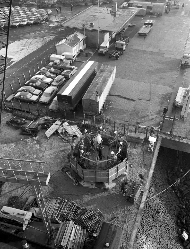 Het lage licht van de lichtenlijn Nieuwe Waterweg in aanbouw op 29 november 1973. Geen prefab-betonelementen maar betonstort met glijbekisting.