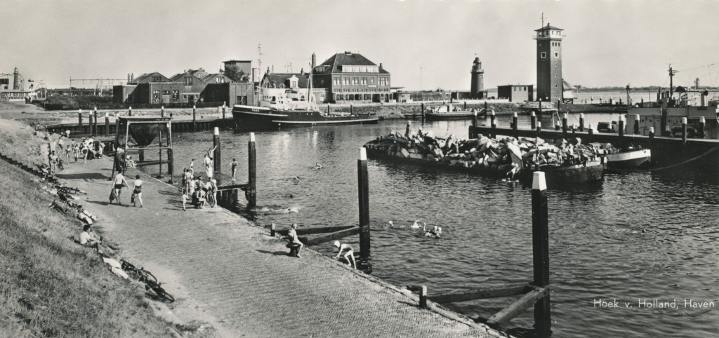 De Berghaven in 1955. Linksboven is de Blaugasfabriek in volle omvang te zien.