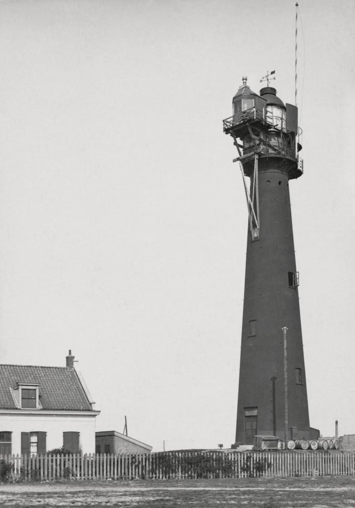 Het hoge licht in 1912. Voor het lichthuis is een tijdelijke opstand met hulplicht geplaatst, in verband met wijziging van de optiek en lichttoestel van het hoge licht.